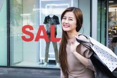 Красивые азиатские девушки с хозяйственными сумками Стоковая Фотография RF