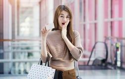 Красивые азиатские девушки с хозяйственными сумками Стоковое Фото
