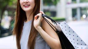 Красивые азиатские девушки с хозяйственными сумками Стоковые Фотографии RF