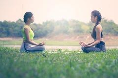 Красивые азиатские женщины делая йогу Стоковое фото RF