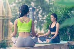 Красивые азиатские женщины делая йогу Стоковое Фото