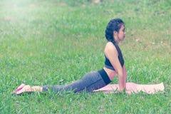 Красивые азиатские женщины делая йогу Стоковые Изображения