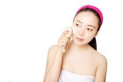 Красивые азиатские женщины перед одиночной заботой кожи предпосылки Стоковое Изображение RF