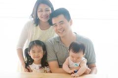 Красивые азиатские родители и дети стоковая фотография rf