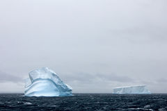 Красивые айсберг или ледяное поле, антартический океан стоковые фотографии rf