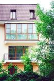 Красивые балконы, элементы современного нового жилого дома, светлый цвет стоковые изображения rf