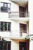 Красивые балконы, элементы современного нового жилого дома, светлый цвет стоковые фото