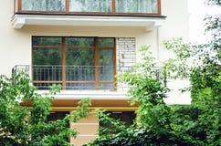 Красивые балконы, элементы современного нового жилого дома, светлый цвет стоковое фото