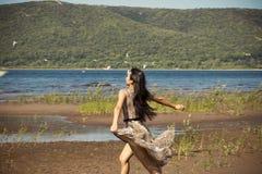 Красивые бега маленькой девочки вдоль пляжа стоковые изображения