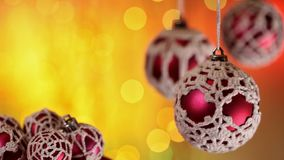 Красивые безделушки рождества против теплого расплывчатого xmas освещают сток-видео