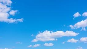 Красивые белые облака двигая через небо лета голубое акции видеоматериалы