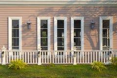 Красивые белые окна обрамляют внешнее украшение стоковые изображения rf