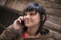 Красивые беседы молодой женщины Стоковое Изображение RF