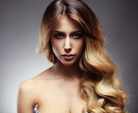 Красивые белокурая женщина с длиной, здоровый, прямо и сияющие волосы стоковая фотография