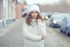 Красивые белокурые женщины на улице зимы Стоковое Изображение