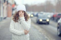 Красивые белокурые женщины на улице зимы Стоковое Фото