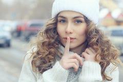 Красивые белокурые женщины на улице зимы Стоковая Фотография RF