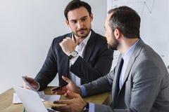 красивые бизнесмены говоря на таблице Стоковые Изображения RF