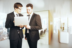 Красивые бизнесмены используя компьтер-книжку совместно Стоковые Изображения RF