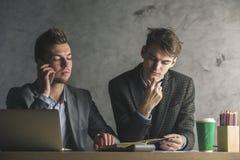 Красивые бизнесмены на телефоне делая обработку документов Стоковые Изображения RF