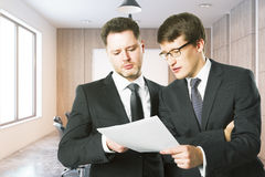 Красивые бизнесмены обсуждая контракт Стоковое Изображение RF