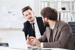 Красивые бизнесмены обсуждая проект дела Стоковое Фото