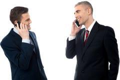 Красивые бизнесмены с сотовыми телефонами Стоковое Изображение RF