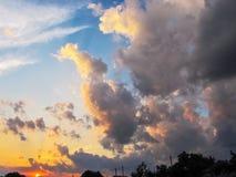 Красивые большие облака на небе лета захода солнца Стоковая Фотография