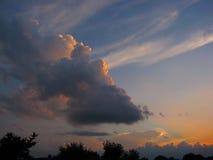 Красивые большие облака на небе лета захода солнца Стоковые Фото