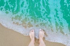 Красивые босые ноги на пляже Стоковые Фото