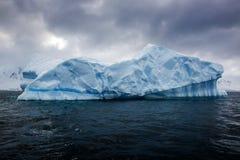 Красивые большие голубые айсберг и океан Специфический ландшафт Антарктики Стоковые Фотографии RF