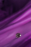 Красивые большие ювелирные изделия диаманта на темной фиолетовой предпосылке ткани Точный естественный драгоценный камень Блеск B Стоковая Фотография RF