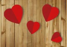 Красивые бумажные сердца на деревянной предпосылке Стоковые Фотографии RF