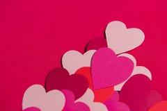 Красивые бумажные сердца на красной бумажной предпосылке, конце-вверх Стоковое фото RF