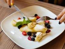 Красивые блинчики с ягодами и сливк Конец-вверх отрезка рук Стоковые Изображения RF