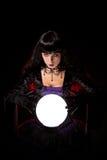 Красивые ведьма или рассказчик удачи с хрустальным шаром стоковые фотографии rf