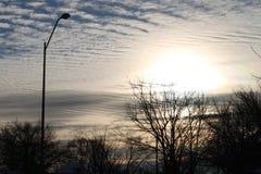 Красивые взгляды украдкой солнца над облачными небесами стоковые изображения rf