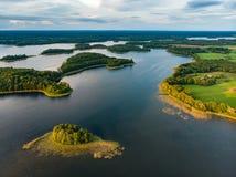 Красивые вид с воздуха региона Moletai, известный или своих озер Сценарный ландшафт вечера лета в Литве стоковые фотографии rf
