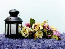 Красивые винтажные оформление свечи и букет цветков с предпосылкой космоса Стоковое Изображение