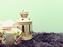 Красивые винтажные розовые оформление свечи и букет цветков с предпосылкой космоса Стоковое Изображение