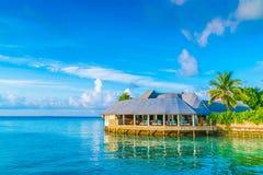 Красивые виллы воды в тропическом острове Мальдивов на sunris Стоковые Изображения RF