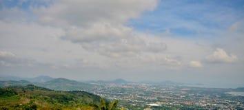 Красивые виды моря, гор и домов от высоты виска большого Будды стоковое изображение