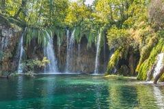 Красивые водопады бирюзы от скалистой скалы в лесе на национальном парке Хорватии озер plitvice стоковое фото