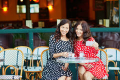 Красивые двойные сестры выпивая кофе Стоковые Фотографии RF
