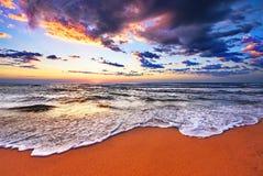 Красивые волна и небо моря Стоковая Фотография