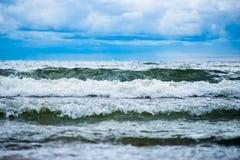 Красивые волны в море и голубом облачном небе Стоковое Изображение