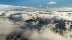 Красивые волны облако нижнего яруса пропускают в промежутке времени гор зимы видеоматериал