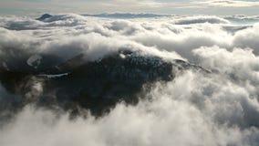 Красивые волны облако нижнего яруса пропускают в промежутке времени гор зимы сток-видео