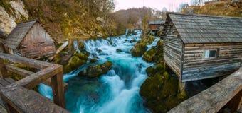 Красивые водопады в деревне около леса на заходе солнца стоковая фотография