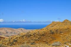 Красивые вулканические горы и голубое небо над Атлантическим океаном Фуэртевентура Стоковое Изображение RF